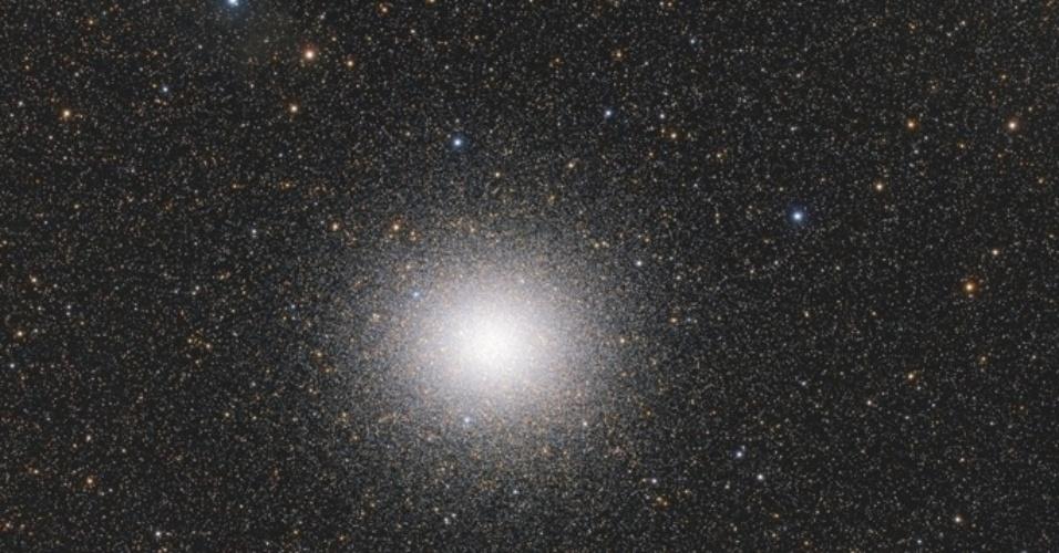 18.nov.2015 - Indo muito além do nosso Sistema Solar, essa foto é de um aglomerado globular de milhões de estrelas antigas, todas juntas como uma nuvem de abelhas. A foto é intitulada