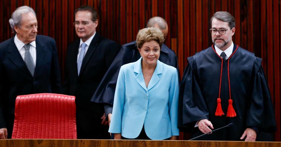 28.mai.2015 - A presidente Dilma Rousseff participa, ao lado do presidente do TSE, ministro Dias Toffoli, dos presidentes da Câmara, Eduardo Cunha, e do Senado, Renan Calheiros, do presidente do STF, ministro Ricardo Lewandowski, dentre outros, de solenidade em comemoração aos 70 anos de reinstalação da Justiça Eleitoral, no plenário do TSE
