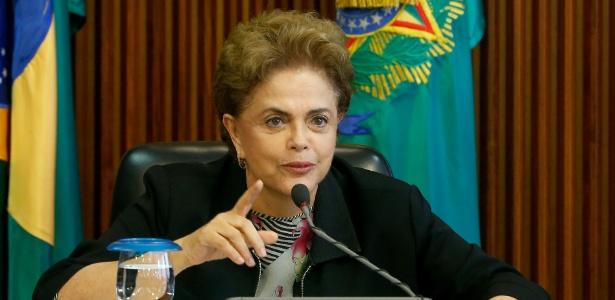 Presidente Dilma Rousseff, ao lado do ministro da educação Aloizio Mercadante, durante reunião com reitores de institutos federais de educação