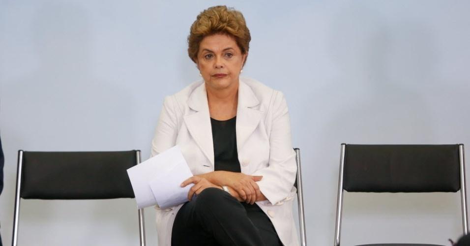 30.mar.2016 -  A presidente Dilma Rousseff participa, ao lado dos ministros Gilberto Kassab (Cidades), Nelson Barbosa (Fazenda), Valdir Simão (Planejamento) e Jaques Wagner (Gabinete Pessoal), de cerimônia de lançamento do programa MInha Casa Minha Vida 3, no Palácio do Planalto, em Brasília (DF). Centenas de militantes de movimentos sociais participaram do evento