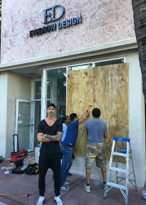 5.out.2016 - Empresário Renato Mendonça protege sua loja com tapumes temendo efeitos do furação