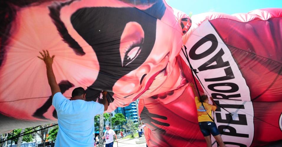 18.out.2015 - Em Boa Viagem, no Recife, manifestação contra a presidente Dilma é marcada por agressões e tumulto. Boneco inflável que satiriza a presidente foi furado. A Polícia Militar foi acionada e deteve duas mulheres e um homem