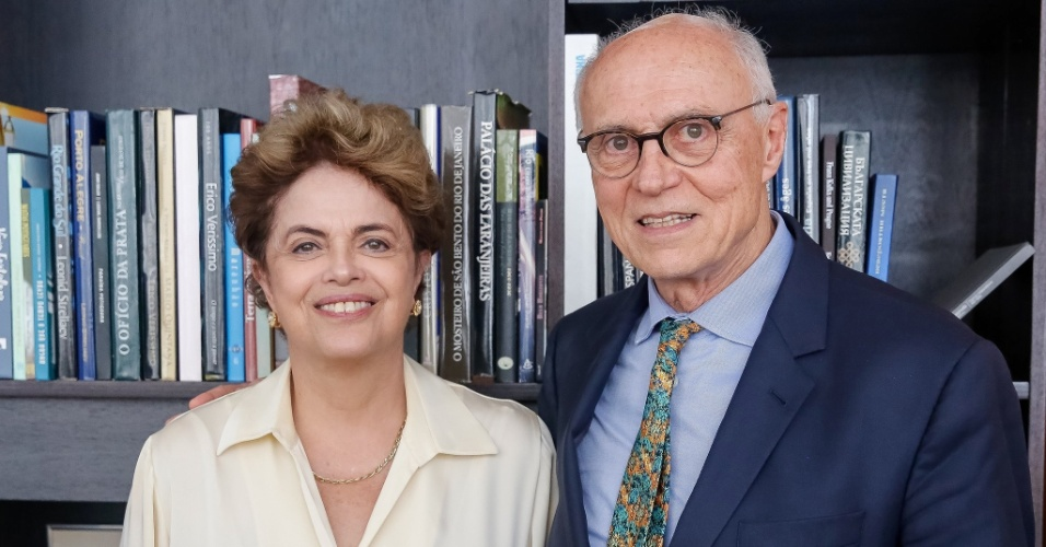 1º.jun.2016 - A presidente afastada, Dilma Rousseff, recebe o ex-senador Eduardo Suplicy (PT-SP) no Palácio do Alvorada, em Brasília. Suplicy tentava marcar umar reunião com Dilma desde julho de 2013