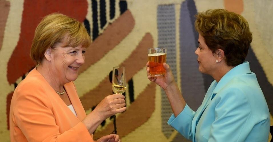 20.ago.2015 - Dilma e Merkel brindaram antes do almoço da quinta-feira (20). A partir de agora, a previsão é que a cada dois anos uma comitiva de peso de um dos países visite o outro. Ou seja, o plano é que em 2017 a presidente brasileira vá a Berlim acompanhada de alguns ministros. Nesses encontros, deve ser discutido o plano de cooperação entre os dois países em diversas áreas