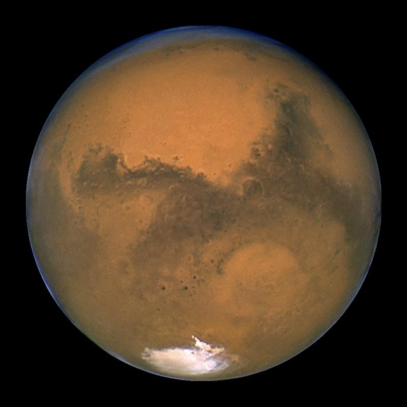 27.ago.2015 - MARTE - Também vizinho da Terra, Marte tem metade do diâmetro do nosso planeta, mas é muito parecido conosco: é rochoso, tem estações do ano, calotas polares, vulcões, cânions. Ainda não foi encontrada água em estado líquido naquele planeta, item essencial para o surgimento da vida. Sua fina atmosfera é rica em dióxido de carbono, nitrogênio e argônio. A imagem foi feita pelo telescópio Hubble em 2003 quando ele estava a 55 milhões de quilômetros de distância do planeta. A foto foi tirada 11 horas antes de Marte atingir o ponto mais próximo da Terra, em 60 mil anos