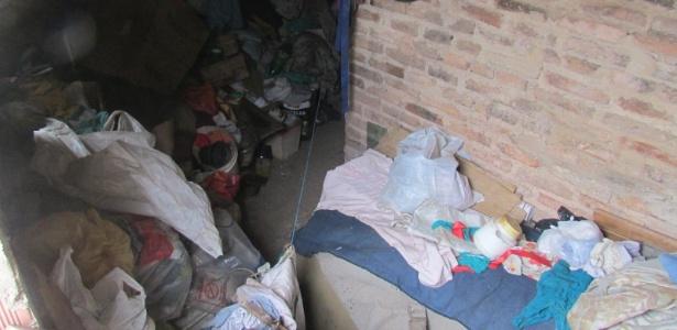 Cômodo onde a idosa acumulava toneladas de lixo em Maceió