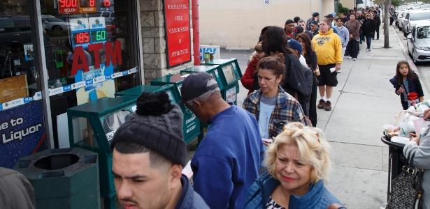 Moradores de Hawthorne, na Califórnia (EUA), fazem fila para apostar na loteria Powerball