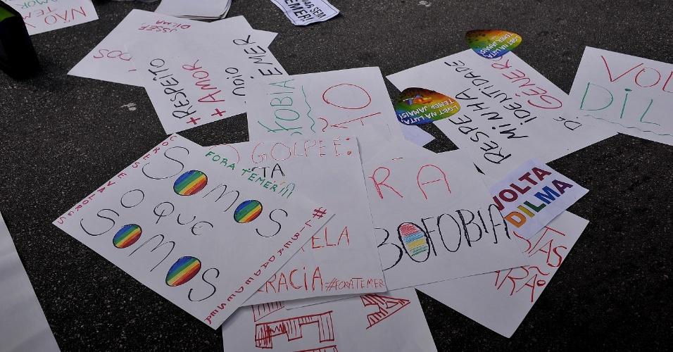 29.mai.2016 - Manifestantes prepararam cartazes para protesto político durante a 20ª Parada do Orgulho LGBT
