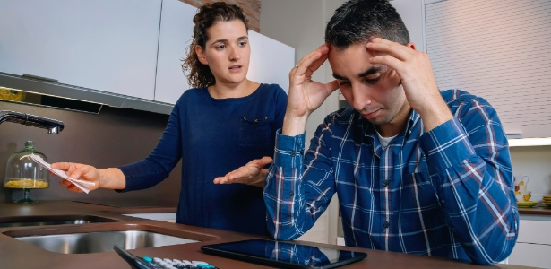 casal-jovem-endividado-dividas-familia-endividamento-desemprego-dinheiro-economia-financas-orcamento