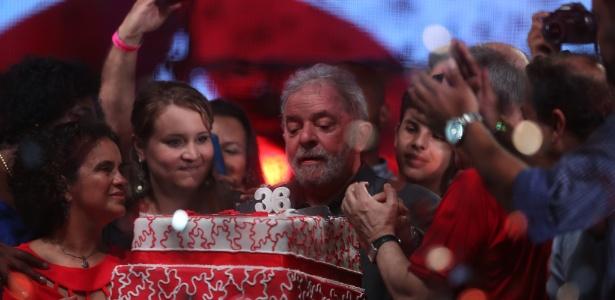 27fev2016   o ex presidente luiz inacio lula da silva assopra as velas do bolo durante festa em comemoracao aos 36 anos do partido dos trabalhadores pt na zona portuaria do rio de janeiro 1456620221415 615x300 - Tríplex, sítio e venda de MP: entenda os casos em que Lula é investigado