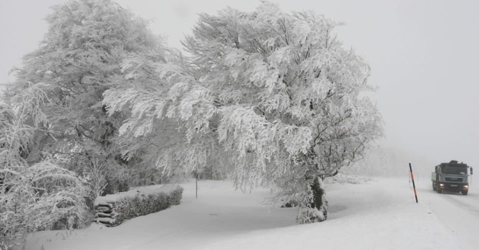 26.nov.2015 - Caminhão passa pela montanha Schauinsland, na Floresta Negra, ao sul da Alemanha, que está coberta de neve