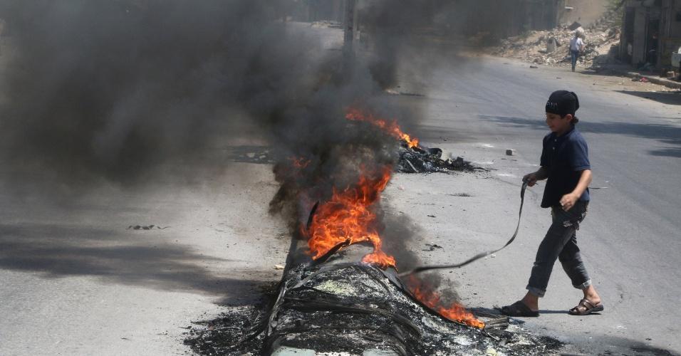 Fumaça dos pneus dificulta visibilidade e permite a rebeldes acessar rotas de abastecimento
