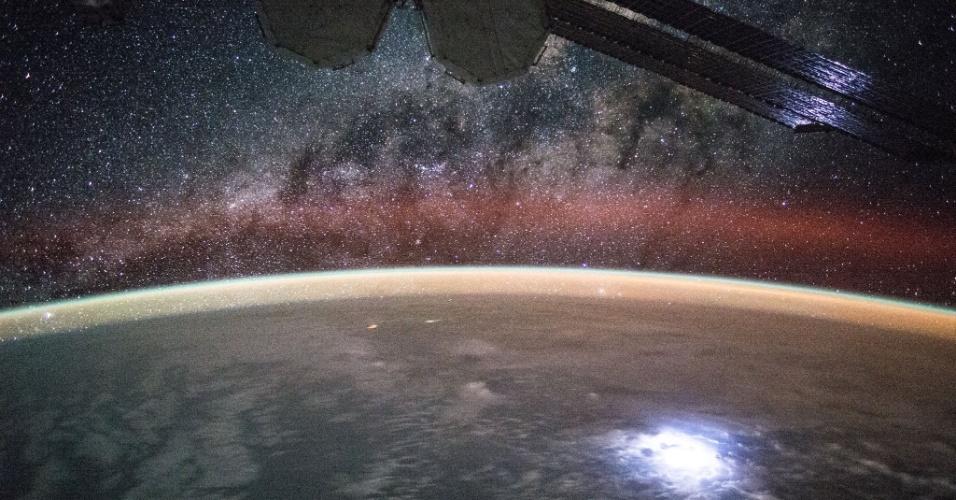 4.set.2015 - O astrononauta Kjell Lindgren capturou um feixe altamente luminoso que conseguiu iluminar a área de painéis solares da Estação Espacial Internacional