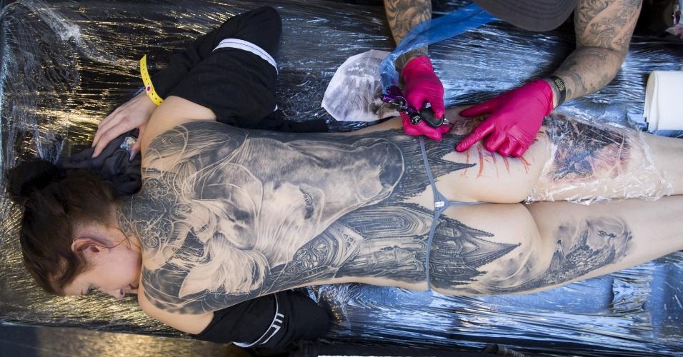 26.set.2015 - Mulher é tatuada durante a Convenção Internacional de Tatuagem de Londres, na capital do Reino Unido