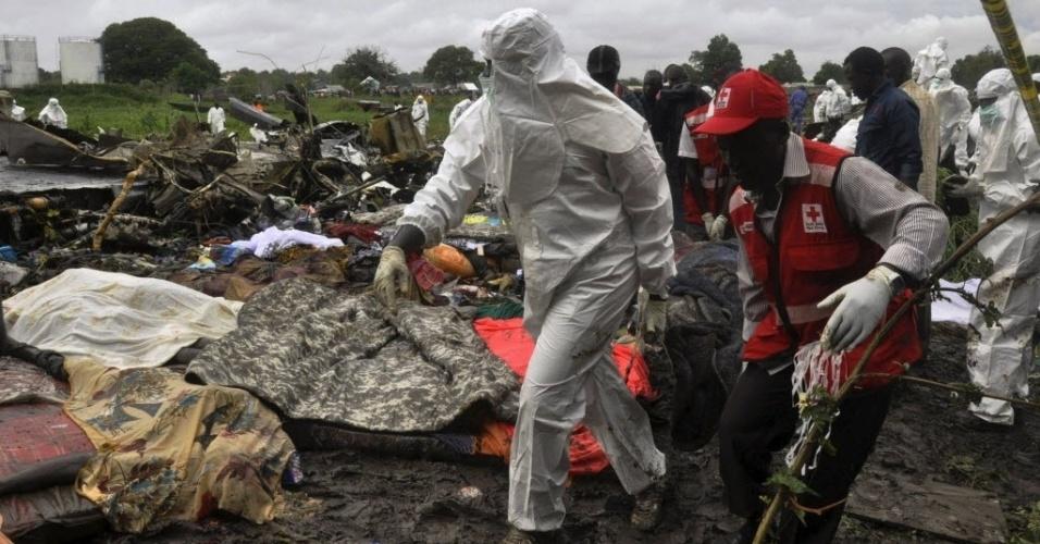 4.nov.2015 - Funcionários do governo local e da Cruz Vermelha participam de resgate em meio aos destroços do avião de carga russo que caiu em Juba, no Sudão do Sul. Pelo menos 37 pessoas morreram, no avião e em solo. Uma criança sobreviveu