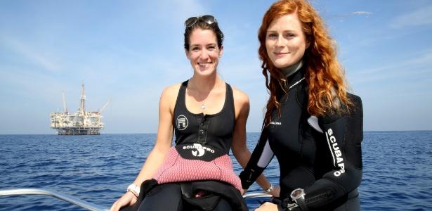 A oceanógrafa Amber Jackson (à direita) e a bióloga Emily Callahan com a plataforma Eureka ao fundo