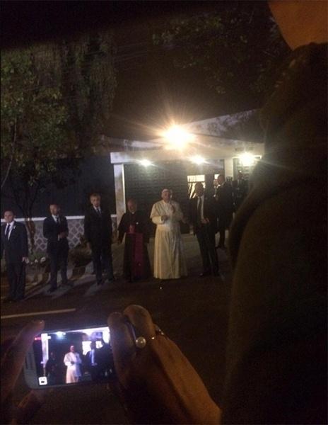 5.jul.2015 - Em seu primeiro dia no Equador, o papa Francisco surpreendeu o público ao deixar a sede da Nunciatura Apostólica, onde está hospedado em Quito, para fazer uma vigília na rua com os fiéis.