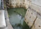 Obra inacabada em Pinheiros acumula água e faz morador temer dengue - Danilo Verpa/Folhapress