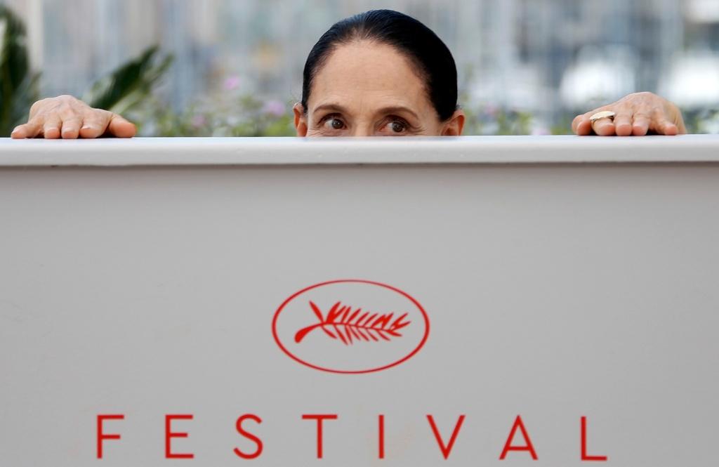 18.mai.2016 - Atriz Sônia Braga, do elenco do filme Aquarius, posa durante sessão de fotos no Festival de Cannes
