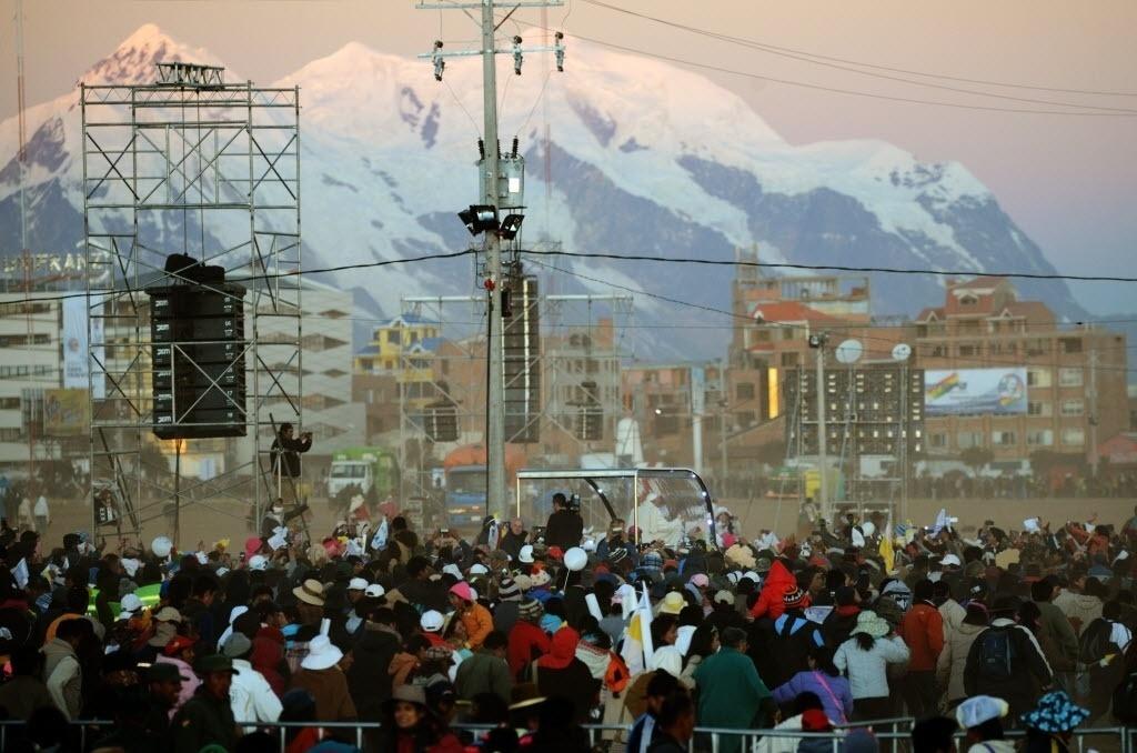 8.jul.2015 - Papa Francisco (no fundo) anda sobre o papamóvel de El Alto a La Paz, após sua cerimônia de boas vindas, na Bolívia
