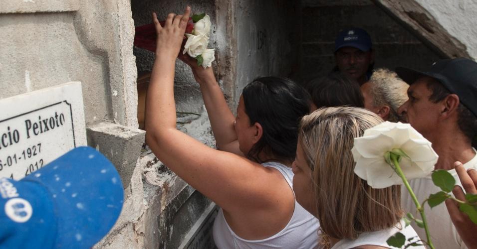 30.set.2015 - Familiares e amigos colocam flores durante sepultamento do adolescente Eduardo Felipe Santos Victor, 17, no cemitério São João Batista, em Botafogo, zona sul do Rio de Janeiro. A vítima foi morta por policiais militares da UPP (Unidade de Polícia Pacificadora) da Providência