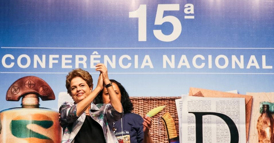 4.dez.2015 - Presidente Dilma Rousseff durante 15ª Conferência Nacional de Saúde, em Brasília Ela foi saudada aos gritos de