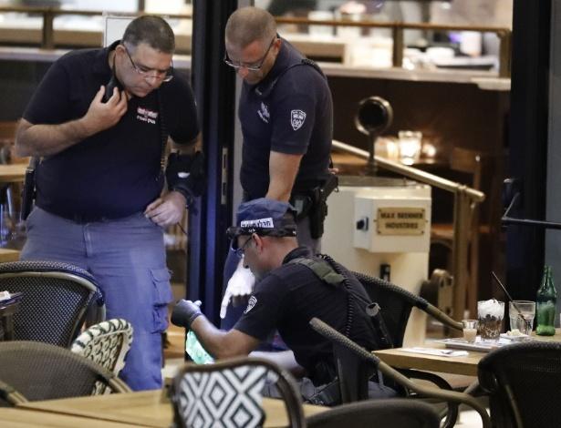 Policiais israelenses inspecionam restaurante após ataque a tiros na cidade de Tel Aviv