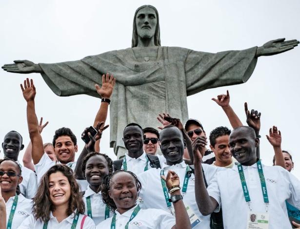 Atletas refugiados que competirão sob a bandeira olímpica visitam o Cristo Redentor, no Rio de Janeiro