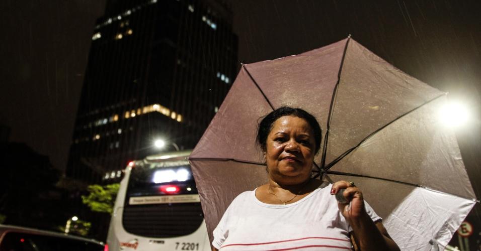 20.out.2016 - A cozinheira Iramilda de Fátima Alves, 51, que não conseguia pegar ônibus com destino à Vila Ângela pelos ônibus estarem todos lotados em São Paulo depois de chuva e falta de energia
