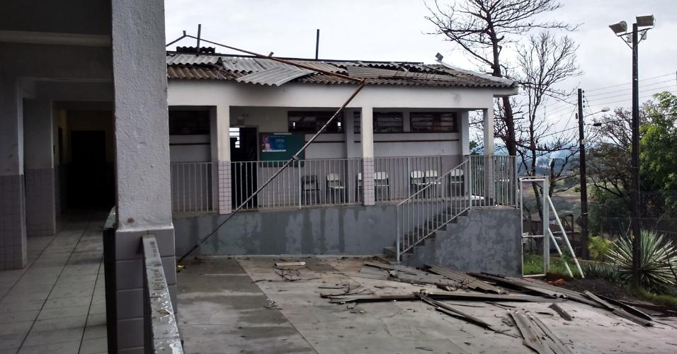 13.jul.2015 - Telhada de casa atingida pelas fortes chuvas fica destruído na cidade de Londrina, no Paraná. As chuvas do final de semana danificaram mais de 1.200 casas em todo o Estado