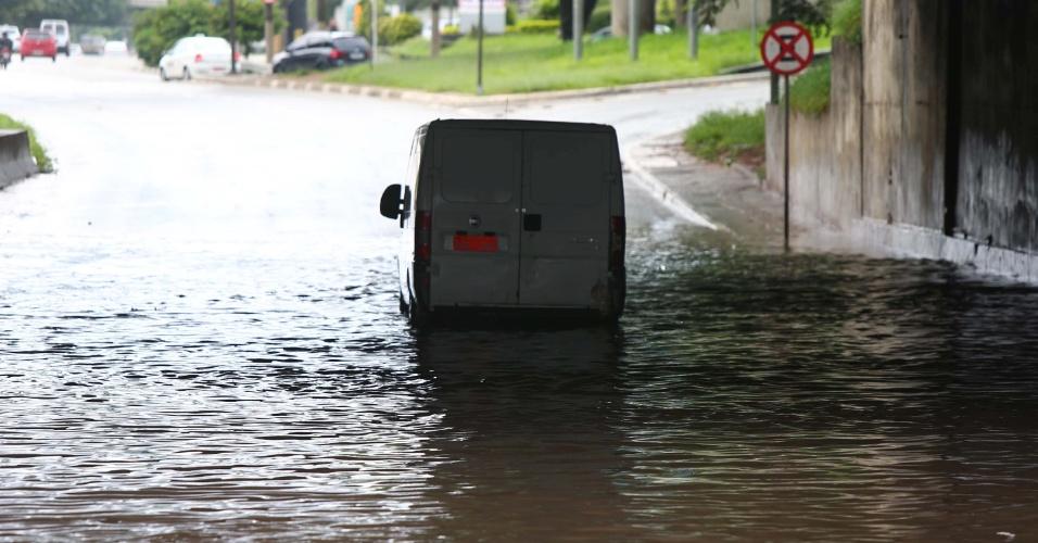 11.mar.2016 - Carro fica preso em trecho alagado da marginal Tietê, na altura da ponte da Casa Verde, em São Paulo (SP), na manhã desta sexta-feira (11)