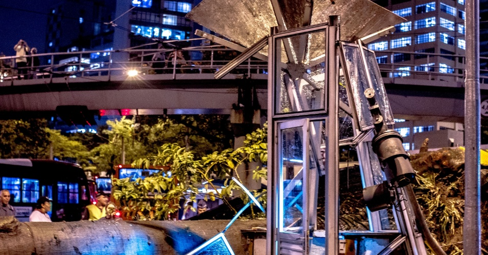 16.mai.2016 - Três árvores caíram na região do Terminal Bandeira, no centro de São Paulo, com a chuva que atingiu a capital paulista no final da tarde desta segunda-feira. Uma cabine, um dos acessos do Terminal e dois veículos foram atingidos pelas árvores. Ao todo, cerca de 100 árvores caíram na cidade, segundo o Corpo de Bombeiros
