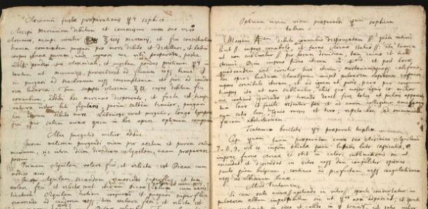 O texto, escrito à mão em latim e inglês, explica como criar uma substância chave para a lendária pedra filosofal