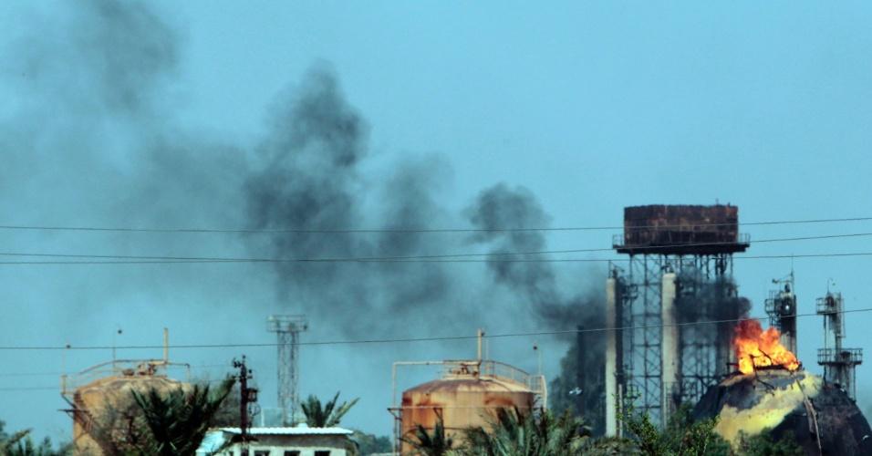 15.mai.2016 - Chamas e fumaça sobem de tanques em planta de gás na cidade iraquiana de Taji, após um ataque suicida. Oito terroristas invadiram a fábrica e explodiram um carro-bomba em uma entrada. Não houve reivindicação do ataque que causou a morte de ao menos sete pessoas, apesar das características de operações do Estado Islâmico