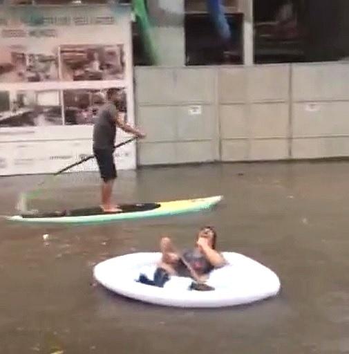 29.fev.2016 - Moradores praticam canoagem e até stand up paddle em enchente em Niterói, região metropolitana do Rio