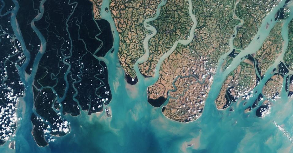 15.jul.2016 - O satélite Sentinel-2A, da ESA (Agência Espacial Europeia), fotografou a parte leste do mangue arbóreo Sundarbans, em Bangladesh. A região de mangue aparece em tons escuros de verde, enquanto as áreas em cores mais claras são povoadas e dominadas pela agricultura. Sundarbans é uma das maiores florestas de mangue arbóreo do mundo
