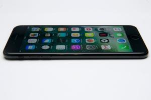 iPhone 7 Plus: um gigante dos celulares que não cabe no bolso de todo mundo (Foto: Lucas Lima/UOL)