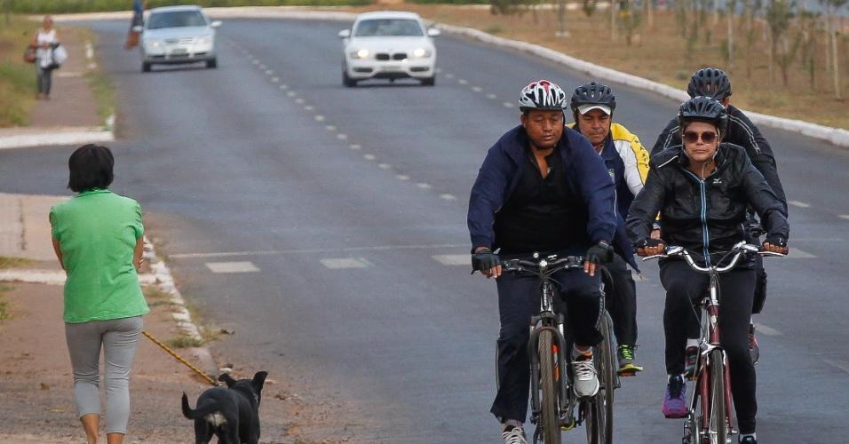 21.ago.2015 - A presidente Dilma Rousseff anda de bicicleta acompanhada por seguranças, nos arredores do Palácio da Alvorada, em Brasília