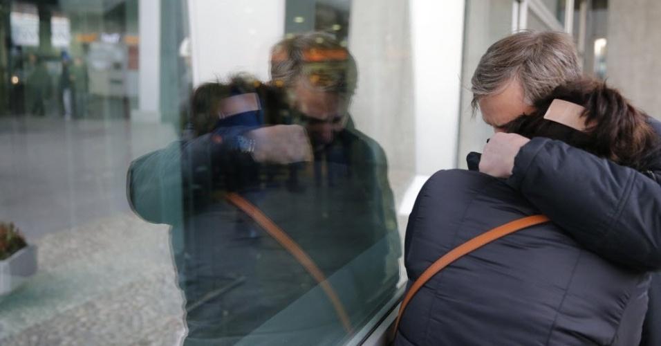 31.out.2015 - Parentes de passageiros que estavam em avião que caiu no Egito choram no aeroporto internacional de São Petersburgo, na Rússia, onde o voo era aguardado neste sábado (31). O avião, um Airbus-321 da companhia KogalimAvia, caiu na península do Sinai minutos após a decolagem, com 217 passageiros e sete tripulantes a bordo. A maioria dos passageiros era formada por turistas russos