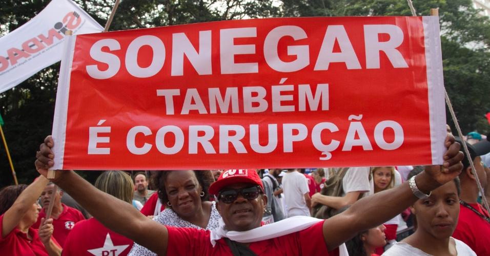 18.mar.2016 - Manifestante na avenida Paulista, em São Paulo, ironiza quem exige combate à corrupção sem também agir na lei: