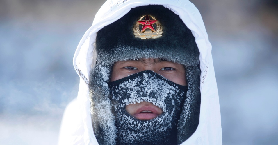 29.dez.2015 - Soldado do Exército chinês participa de treinamento militar em Heine, na divisa do país com a Rússia