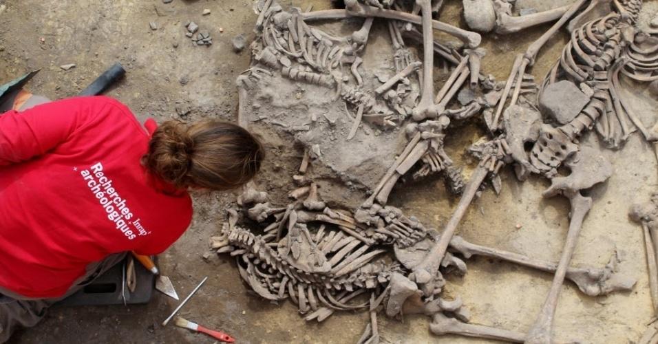 7.jun.2016 - Arqueólogos encontraram restos mortais no local de um massacre ocorrido há 6.000 anos, em Achenheim, na Alsácia, na França. Funcionários do Instituto Nacional de Investigação Arqueológica Preventiva acreditam que os esqueletos sejam de um conflito entre recém-chegados à área. Segundo os arqueólogos, as fraturas encontradas nos esqueletos indicam que não se trata de ferimentos de batalha, mas de uma execução violenta