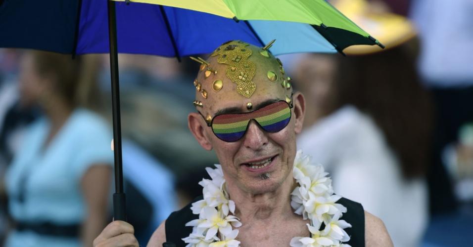 2.jul.2016 - Homem participa da parada gay de Madri, capital da Espanha