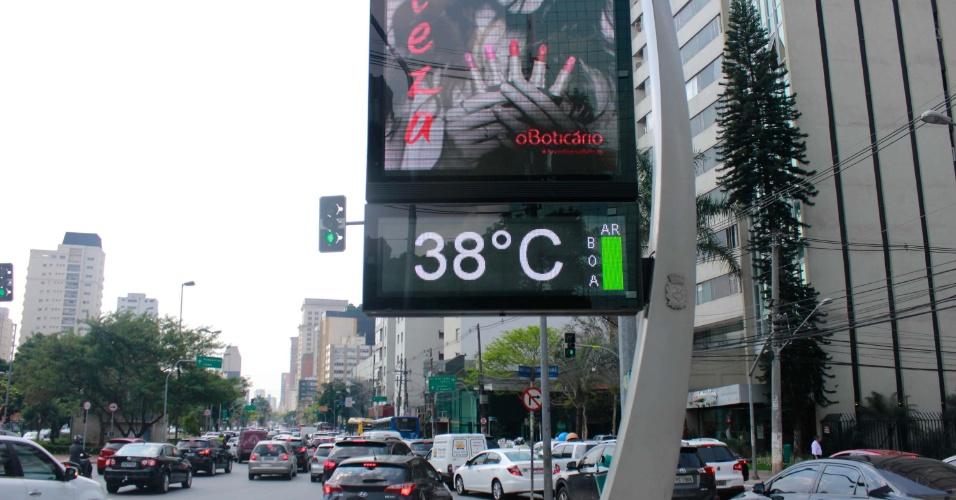 20.out.2016 - Termômetro registra 38ºC na Avenida Faria Lima, em São Paulo
