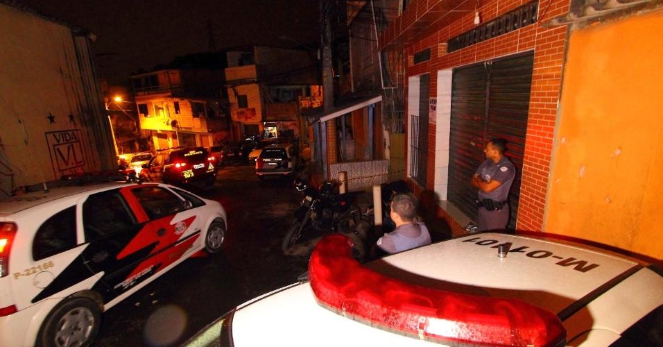 1º.jul.2015 - Homens armados abriram fogo contra pessoas que estavam em um bar na favela da Felicidade, região do Jardim São Luís, zona sul de São Paulo (SP). Quatro pessoas foram mortas dentro do estabelecimento, e duas tentaram correr, mas foram acabaram morrendo a poucos metros do bar