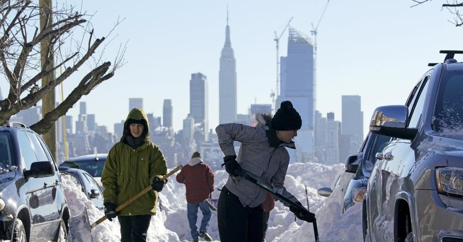 24.jan.2016 - Depois da tempestade, a bonança: americanos começam a limpar as ruas e desenterrar carros após nevasca intensa dos últimos dois dias. Na foto, residentes de Union City, em Nova Jersey (Estados Unidos), trabalham após a segunda maior tempestade de neve da história de Nova York