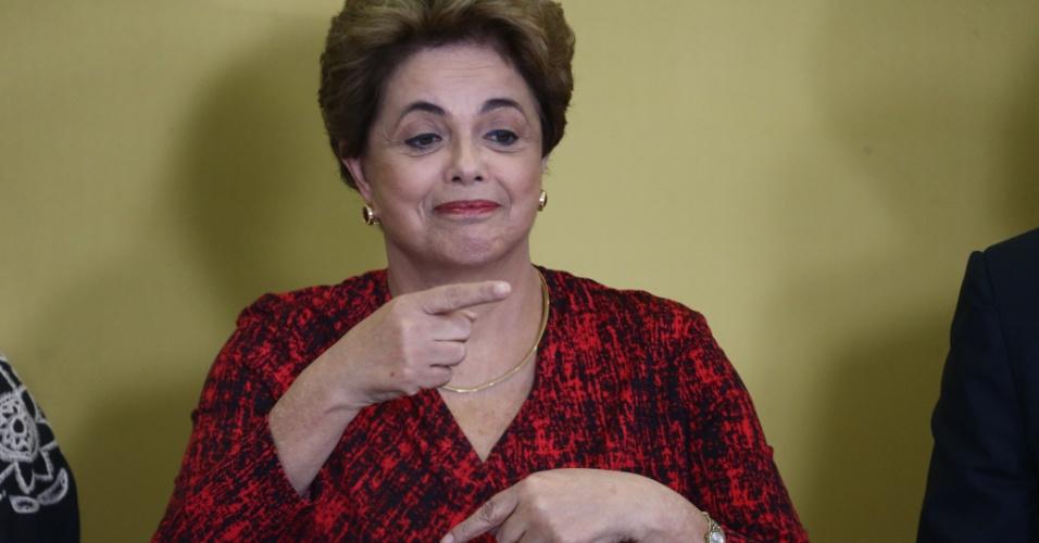 9.mai.2016 - Em cerimônia do anúncio de criação de novas universidades, no Palácio do Planalto, em Brasília, Dilma diz que