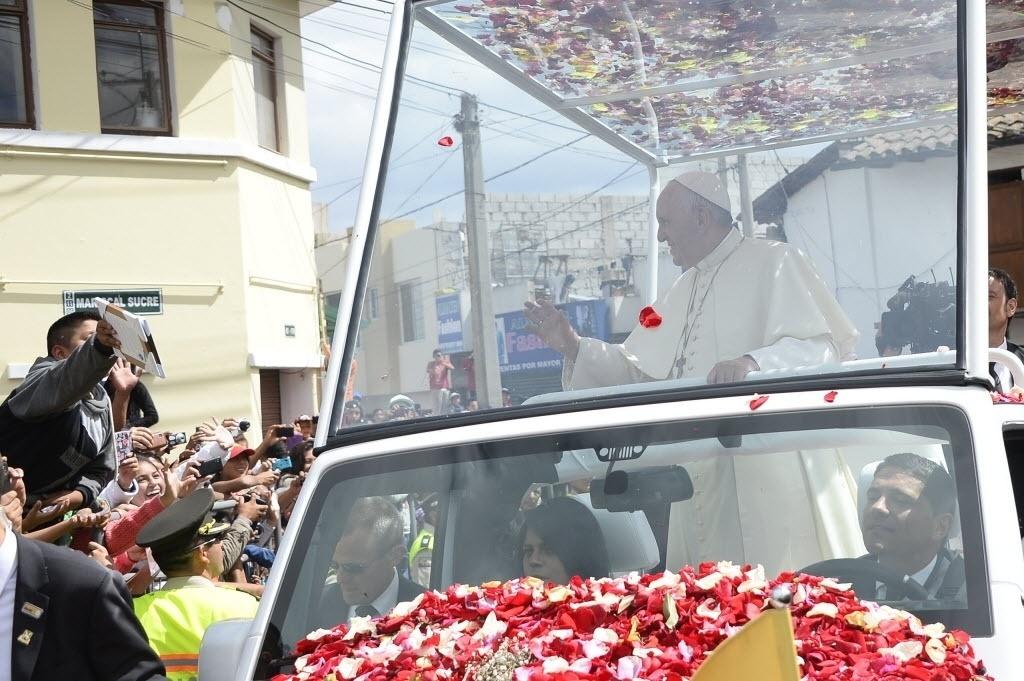 8.jul.2015 - Papa Francisco chega para reunião com o clero, religiosos e seminaristas no Santuário Mariano Nacional de