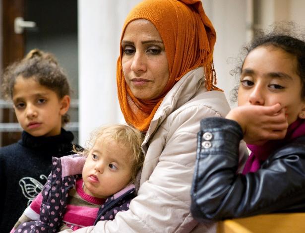 Samar, que trabalhava no Ministério das Finanças sírio, com suas filhas em um abrigo