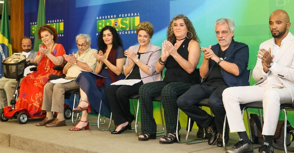31.mar.2016 - Sentada entre a atriz Letícia Sabatella e a cineasta Anna Muylaert (de
